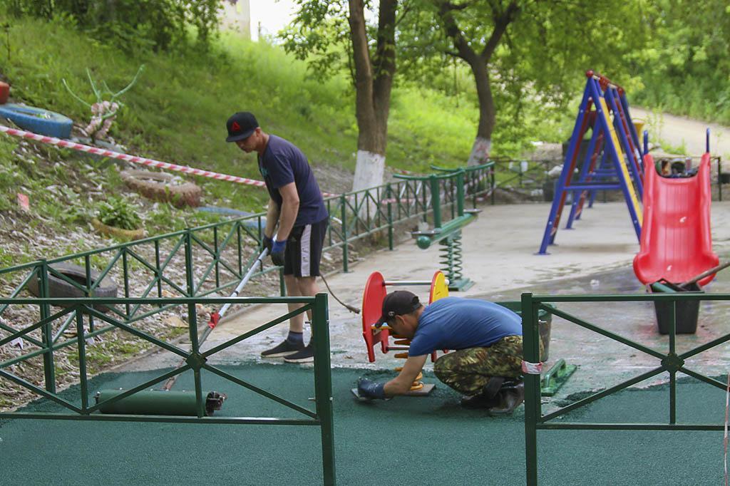 Без выходных: во дворах Находки полным ходом идет строительство игровых и спортивных площадок