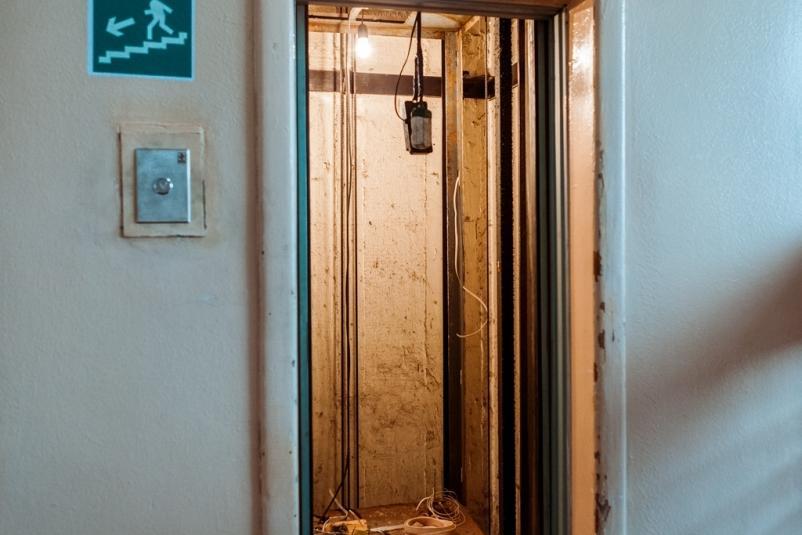 Во Владивостоке лифт сорвался с четвертого этажа, есть пострадавшие