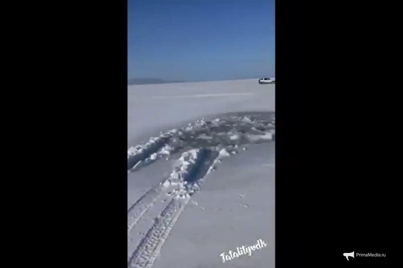Машина ушла под лед Амурского залива во Владивостоке