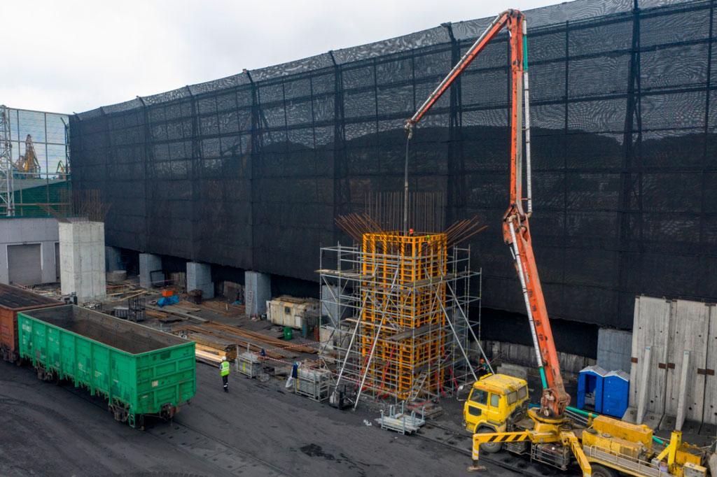 Строители навеса над зоной выгрузки в порту «Терминал Астафьева» приступили к надземным работам