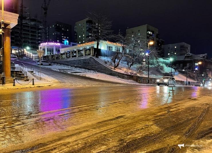 Коварные три балла: машины попадают в ловушки на дорогах Владивостока (ВИДЕО)