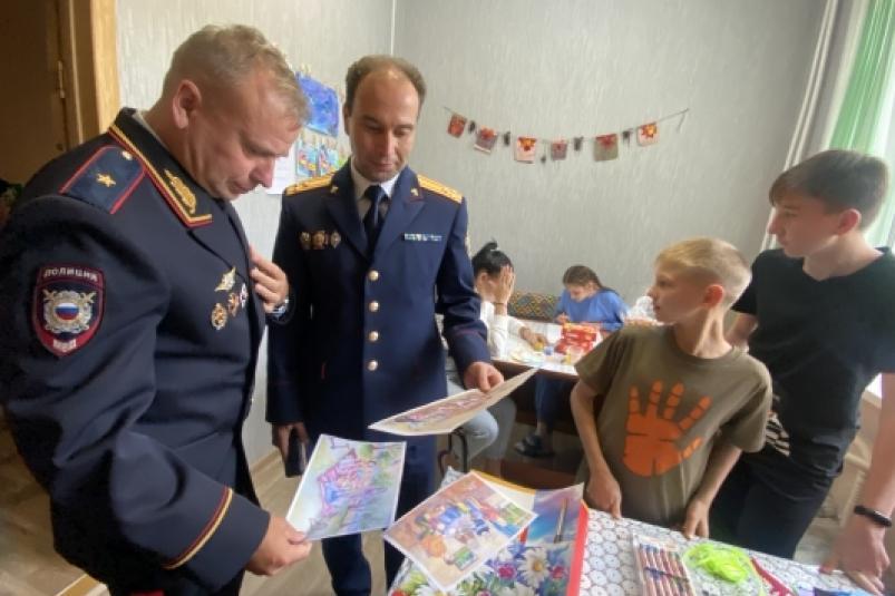 Руководители СК и УМВД по Приморью посетили подшефный центр