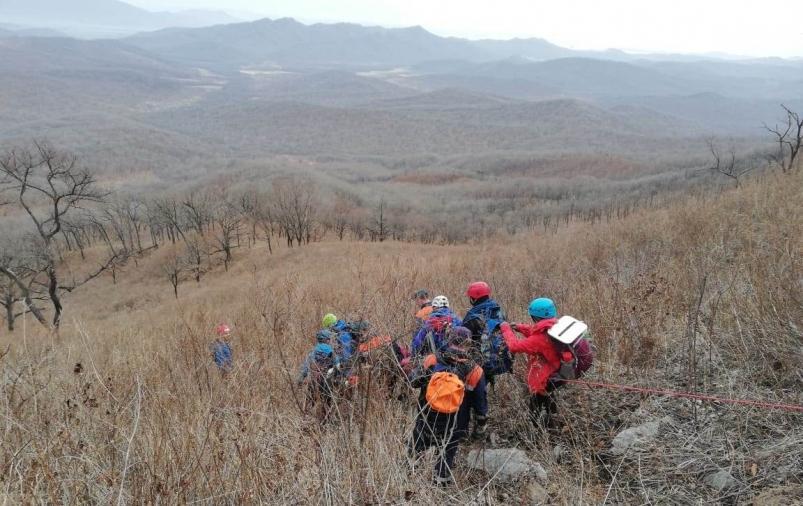 Приморские спасатели эвакуировали с горы Чандолаз туристку, на которую рухнул камень