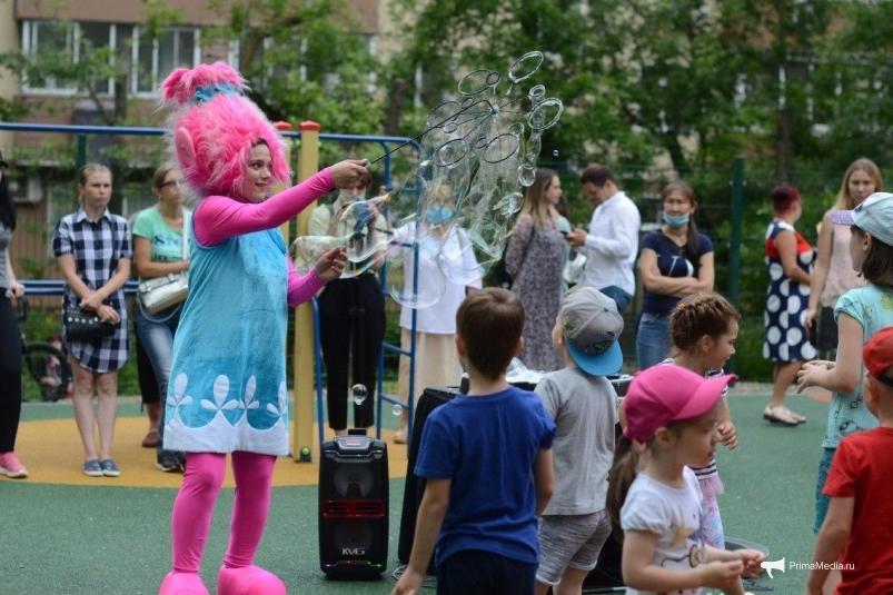 С музыкой и аниматорами: во Владивостоке открыли обновленную детскую площадку