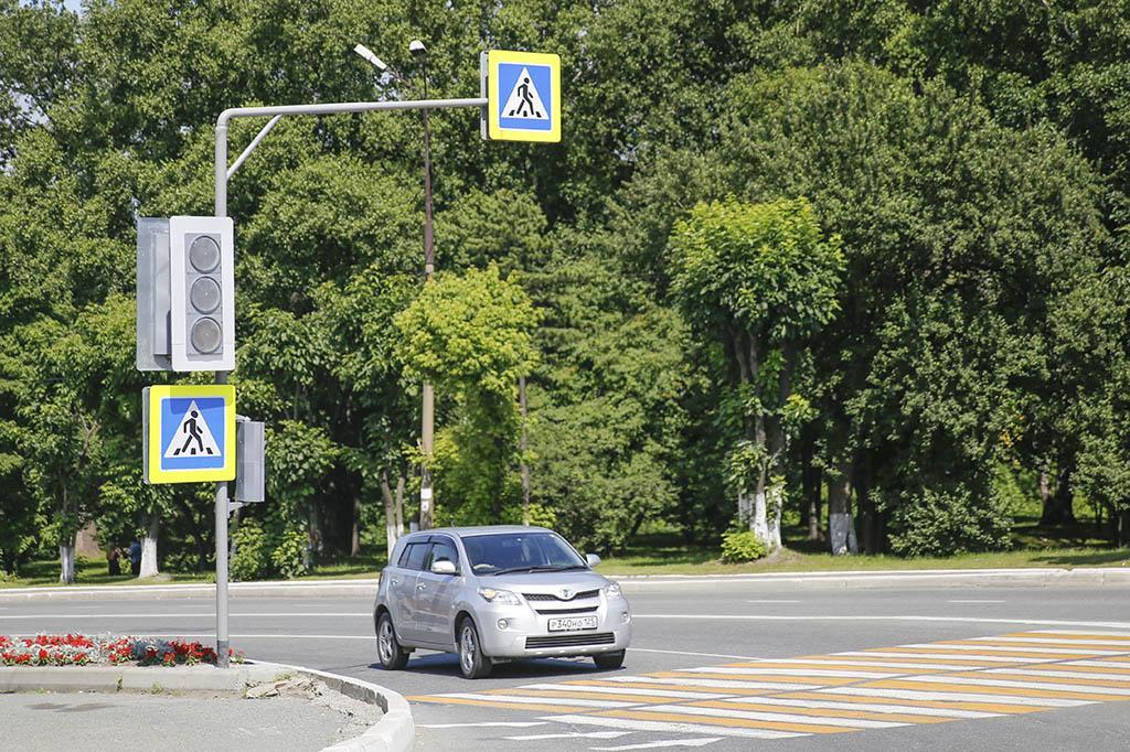 Светофор с кнопкой вызова монтируют на нерегулируемом пешеходном переходе Центральной площади Находки