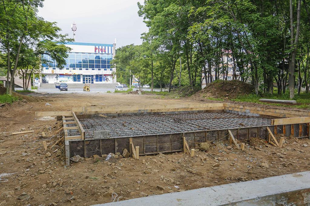 Строители возводят основание мемориала воинам-интернационалистам в находкинском сквере воинской славы «Русь»
