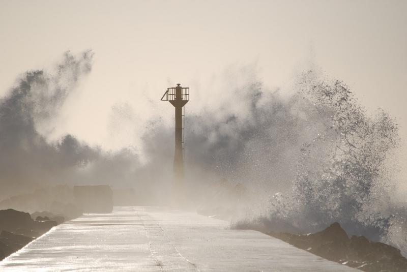 Штормовое предупреждение в Приморье: выход в море и купание - опасны