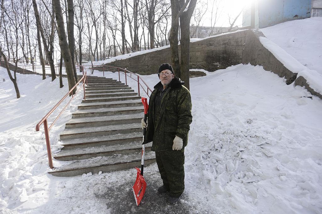 Управляющие компании Находки продолжают очистку дворов от снежного наката