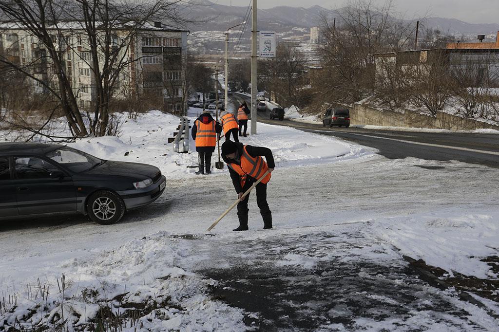 Уборка снега в микрорайонах Находки продолжается в рабочем режиме
