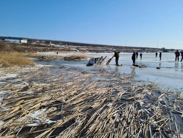 По тонкому льду: в районе Патрокла машина чуть не утонула в замерзшем озере