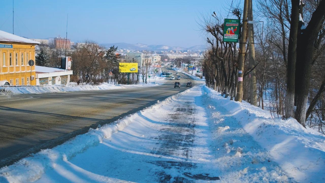 Дорожные службы Находки работают на очистке дорог от снега в круглосуточном режиме