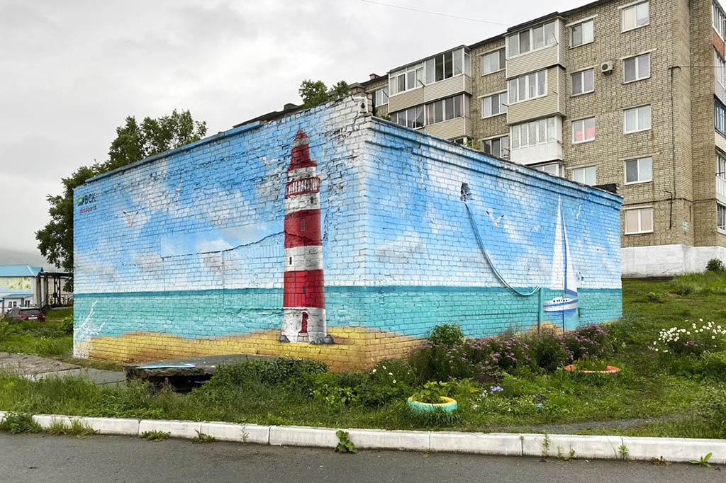 Фонд «Атмосфера» украсил рисунками на морскую тематику техническое здание в находкинском микрорайоне Врангель