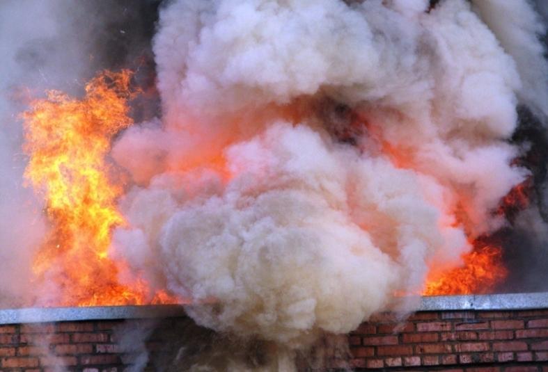 Почти 40 пожарных спасали склад на Снеговой во Владивостоке