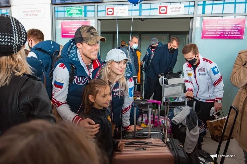 Встречайте победителей: российская сборная по фигурному катанию летит домой через Приморье