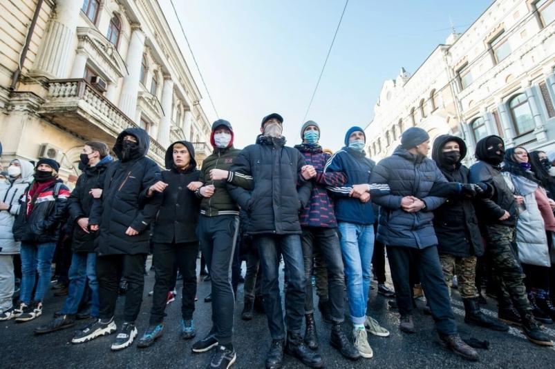 Люди стояли, сцепившись за руки: несанкционированный митинг прошел во Владивостоке