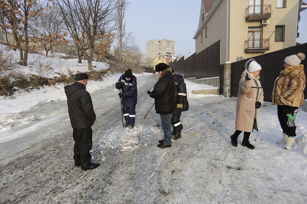 Причину образования наледи на улице Врубеля установят с помощью лабораторных анализов воды