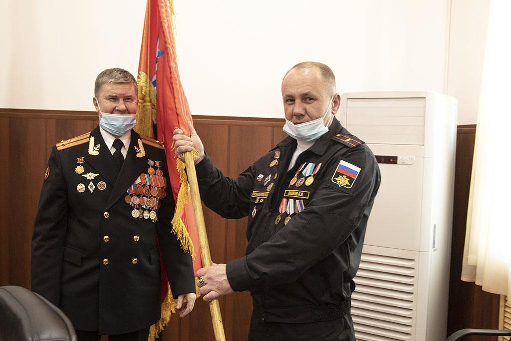 В Находке знамя морской пехоты Тихоокеанского военно-морского флота вручено местному отделению Приморской общественной организации «Сатурн»