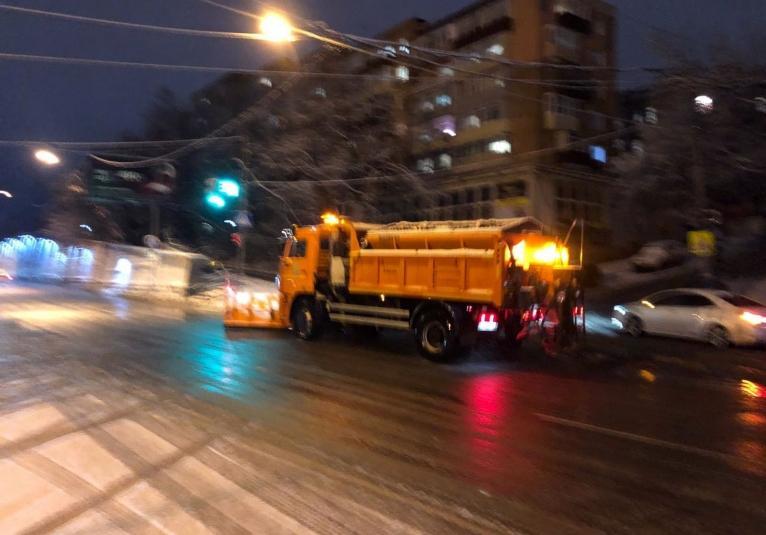 Ночная смена спецтехники чистит улицы Владивостока от снега и льда