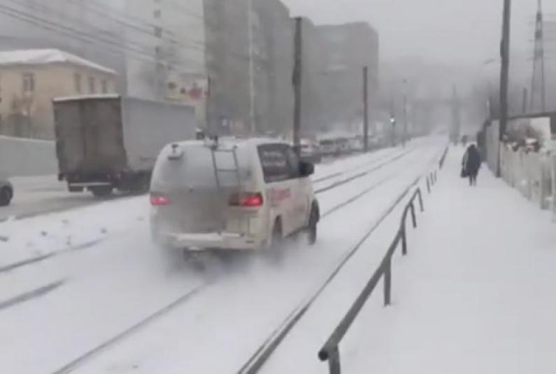 Во Владивостоке оштрафовали водителя, проехавшего в снегопад по трамвайным путям