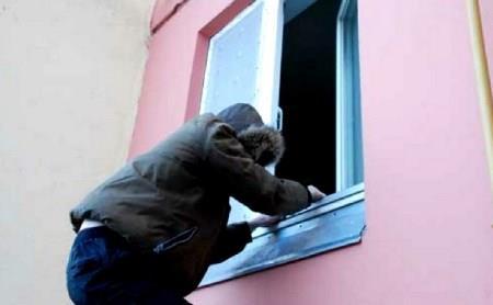 В Находке полицейские задержали подозреваемого в квартирной краже
