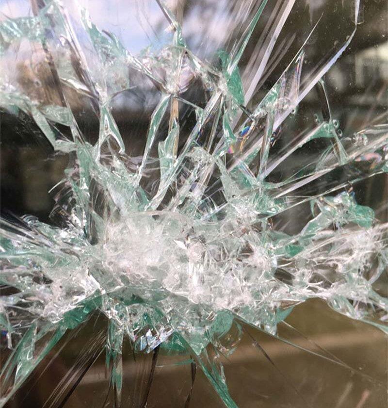 Разбили витрину на Ленинской (кафе)