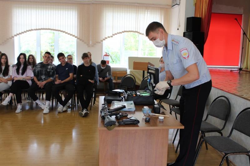 «Знакомьтесь: профессия «полицейский»: уроки профориентации проводят сотрудники полиции в школах Находки